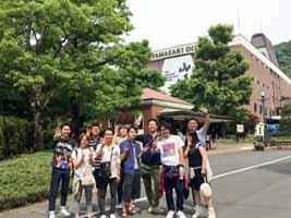 山崎蒸留所施設前で記念撮影